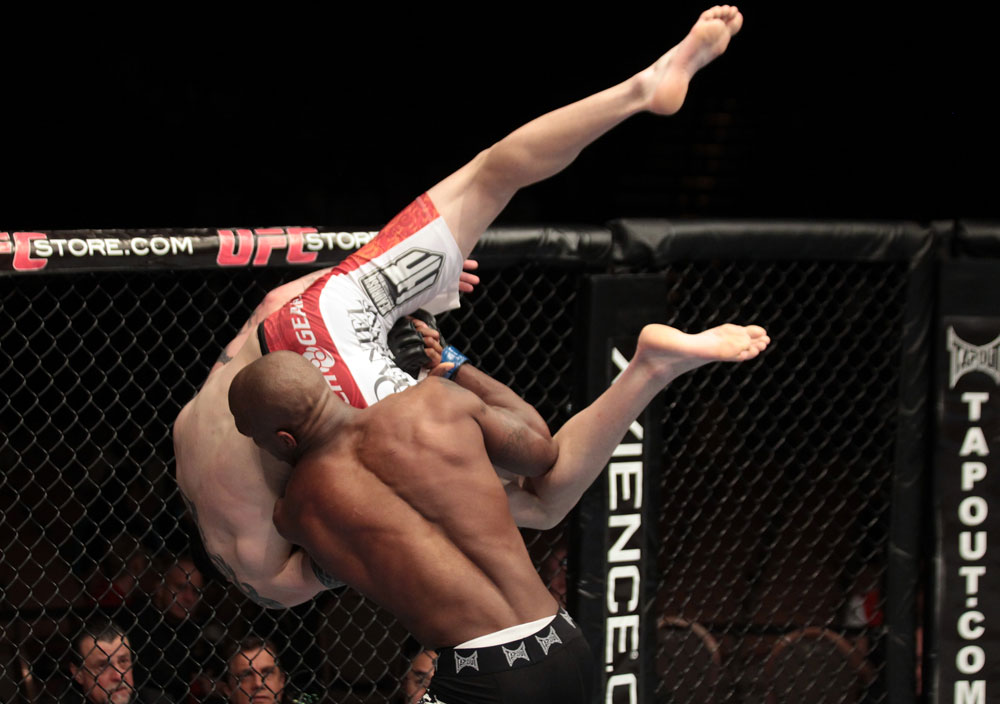Francis Carmont projette Chris Camozzi à l'UFC 137