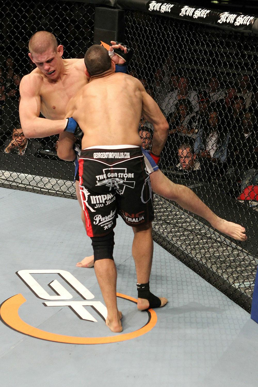 Sotiropoulos (im Vordergrund) beim Takedownversuch gegen Lauzon (Hintergrund) (Foto via UFC.com)