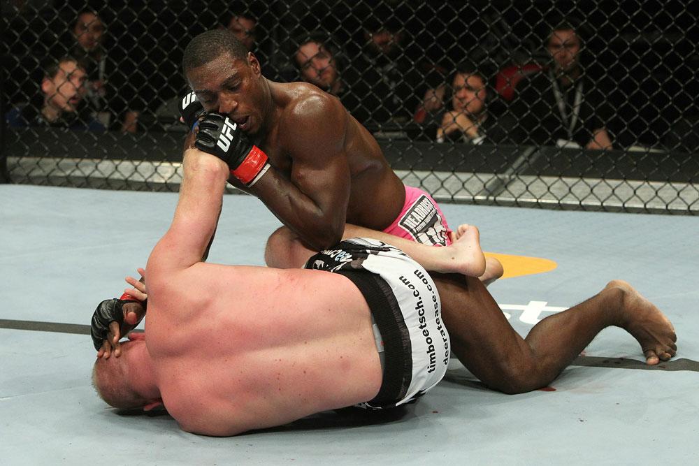 Boetsch wird von Davis kontrolliert (Foto via UFC.com)