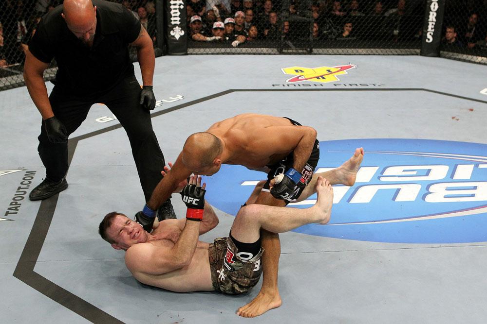Penn schlägt Hughes KO (Foto via UFC.com)