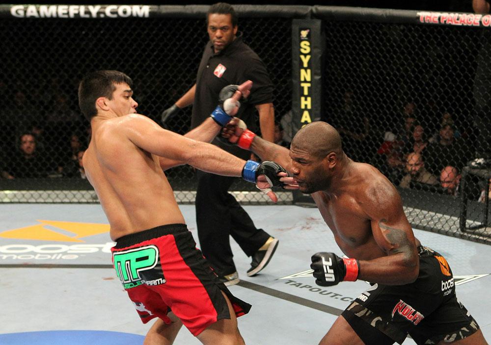 Rampage versucht Machida zu treffen: Vergebens (Foto via UFC.com)